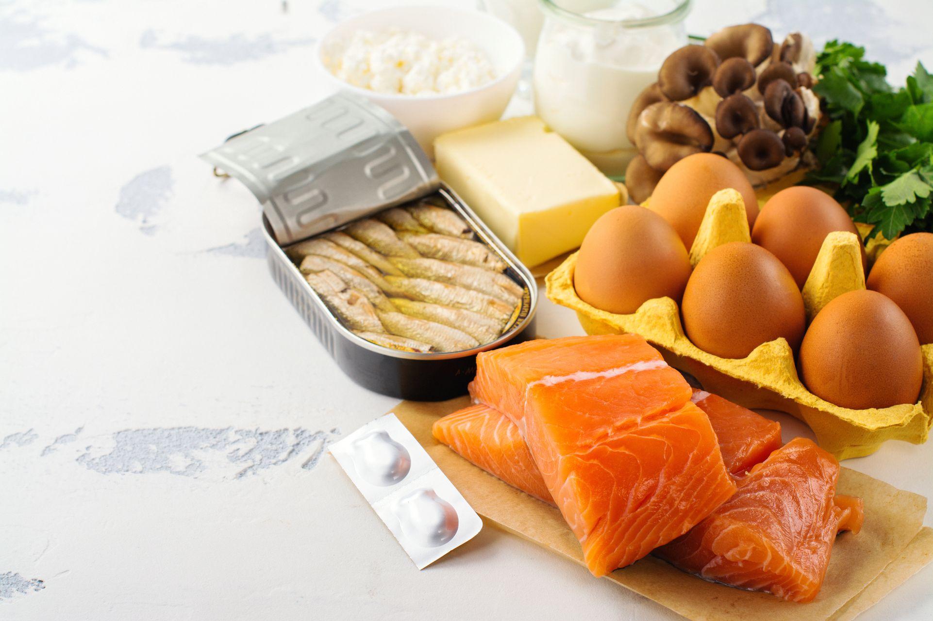 La vitamine D est également présente dans les huiles de foie de poisson, les poissons gras, les jaunes d'œufs et le foie.