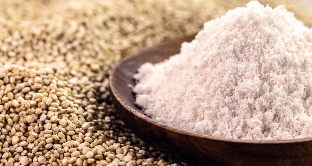 Farine de quinoa alternative sans gluten utilisée comme ingrédient culinaire